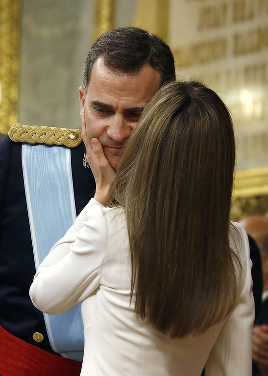 . Spain\'s King Felipe VI is kissed by Spain\'s Queen Letizia at the Congress of Deputies, Spain\'s lower House in Madrid on June 19, 2014 for a swearing in ceremony of Spain\'s new King before both houses of parliament.       AFP PHOTO / POOL/ SERGIO BARRENECHEA/AFP/Getty Images