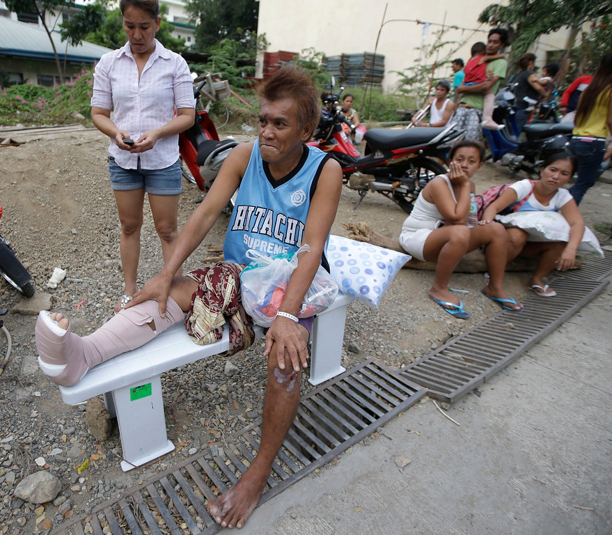 . Earthquake victims prepare to pitch their beds at the parking lot of a government hospital following a 7.2-magnitude quake that hit Cebu city in central Philippines Tuesday, Oct. 15, 2013.  (AP Photo/Bullit Marquez)