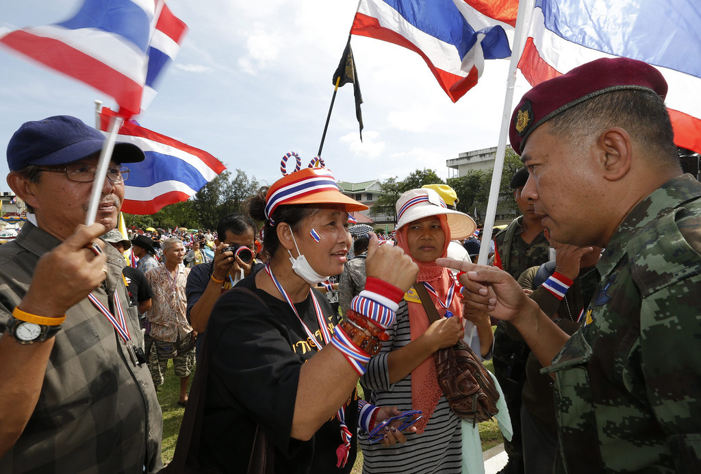 . Thai anti-government protesters argue with a soldier as they penetrate the Royal Thai Army Headquarters and occupy the front lawns in Bangkok, Thailand, 29 November 2013. Hundreds of anti-government protesters broke into Thailand\'s army headquarters, occupying the front compound, as the demonstration to topple the government spread, according to news reports. Thousands of protesters are continuing to occupy and protest at strategic parts of the capital including the Finance Ministry in an effort to paralyze the government of Prime Minister Yingluck Shinawatra. The government has been the target of mass protests since it pushed a bill to pardon Thaksin of a corruption conviction and give amnesty to thousands of other politically related cases between 2004 and 2013.  EPA/BARBARA WALTON