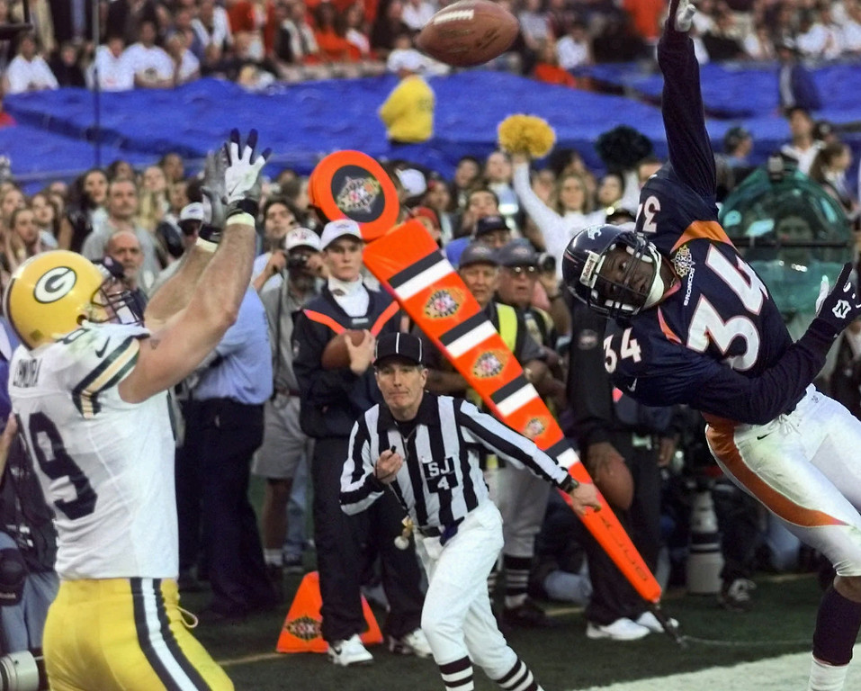 . Green Bay Packers\' Mark Chmura reaches for a touchdown pass despite defensive efforts by Denver Broncos\' Tyrone Braxton during the second half of Super Bowl XXXII at San Diego\'s Qualcomm Stadium Sunday, Jan. 25, 1998. (AP Photo/Elise Amendola)