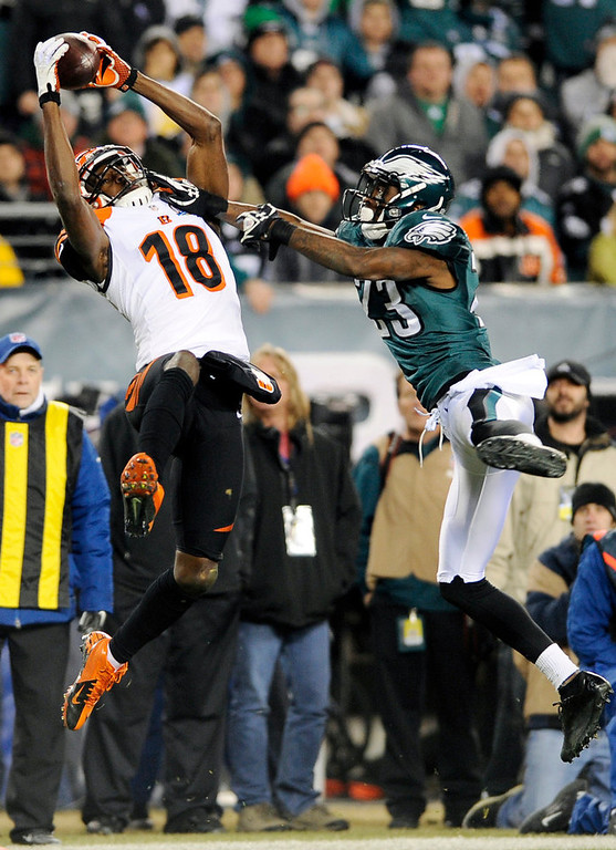 . Cincinnati Bengals\' A.J. Green, left, hangs onto a pass as Philadelphia Eagles\' Dominique Rodgers-Cromartie defends in the second half of an NFL football game on Thursday, Dec. 13, 2012, in Philadelphia. (AP Photo/Michael Perez)