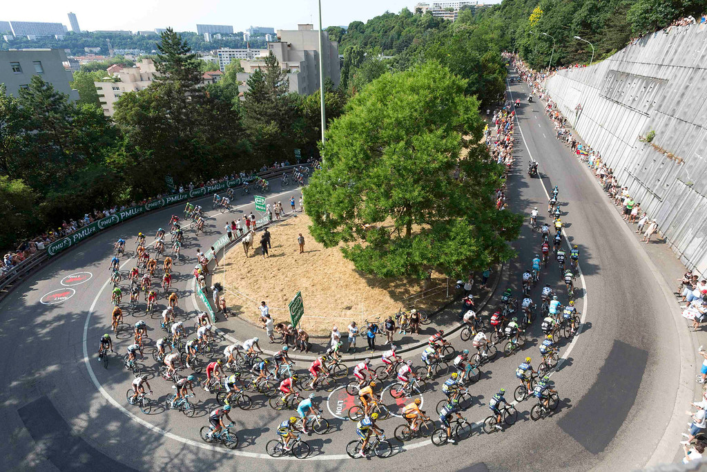 . The pack of riders cycles through the streets of Lyon during the 191 km fourteenth stage of the centenary Tour de France cycling race from Saint-Pourcain-Sur-Sioule to Lyon, July 13, 2013.      REUTERS/Robert Pratta