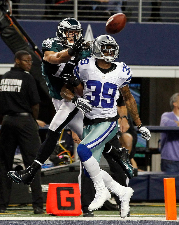 . Philadelphia Eagles wide receiver Riley Cooper (L) reaches over Dallas Cowboys corner back Brandon Carr to make the touchdown reception in the second half of their NFL football game in Arlington, Texas December 2, 2012.  REUTERS/Mike Stone