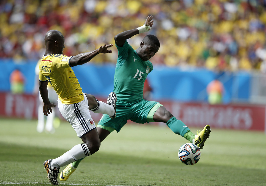 . Colombia\'s defender Pablo Armero (L) challenges Ivory Coast\'s midfielder Max-Alain Gradel during the Group C football match between Colombia and Ivory Coast at the Mane Garrincha National Stadium in Brasilia during the 2014 FIFA World Cup on June 19, 2014. Colombia won 2-1. AFP PHOTO / ADRIAN DENNIS/AFP/Getty Images