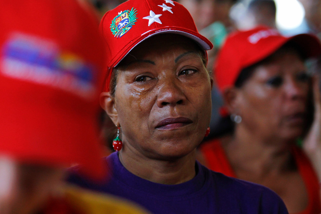 . Supporters of Venezuelan President Hugo Chavez pray in a chapel outside the Caracas military hospital in Caracas March 5, 2013. Chavez\'s adoring supporters prayed and wept on Tuesday over a serious setback in his battle against a cancer that threatens to end his 14-year rule of the South American OPEC member. Venezuela\'s Vice President Nicolas Maduro announced the death of President Hugo Chavez in Caracas on March 5, 2013.   REUTERS/Carlos Garcia Rawlins