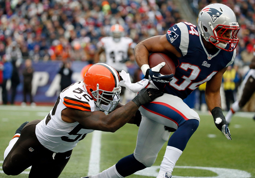 . Cleveland Browns linebacker D\'Qwell Jackson (52) tries to stop New England Patriots running back Shane Vereen (34) in the second quarter of an NFL football game on Sunday, Dec. 8, 2013, in Foxborough, Mass. (AP Photo/Elise Amendola)