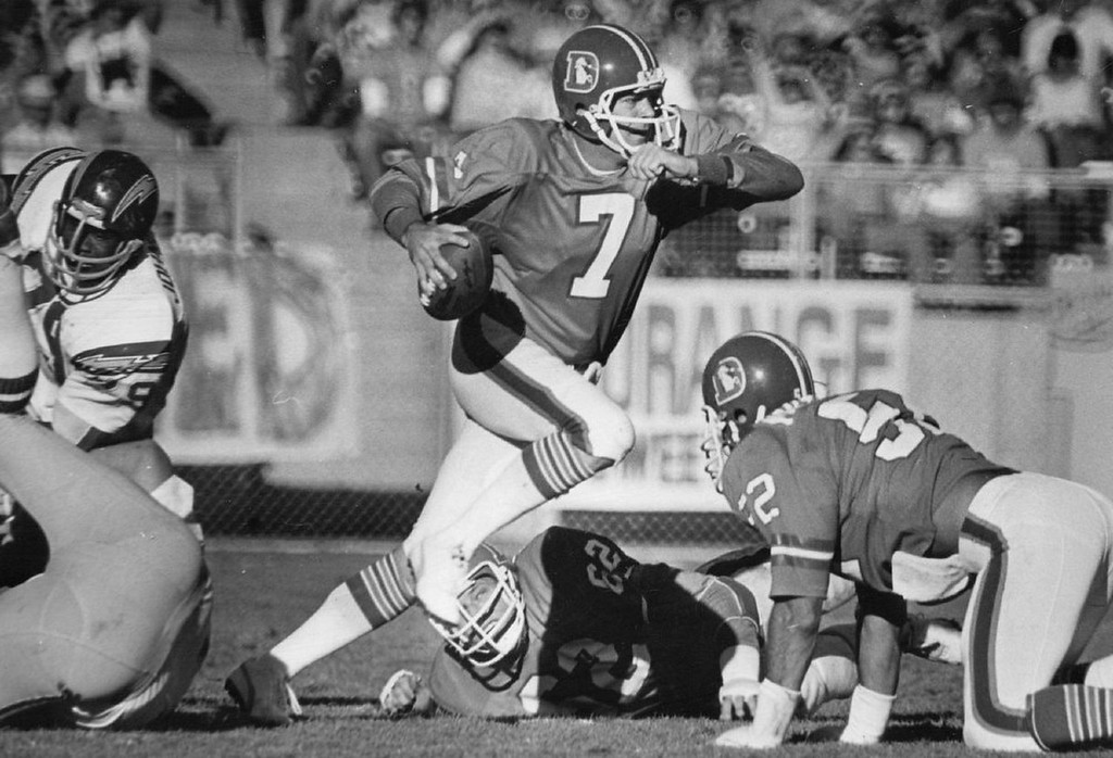 . Denver Broncos quarterback Craig Morton takes off on keeper play to pick up 6 yards against the Chargers in 1977.   (Photo by Kenn Bisio/Denver Post)
