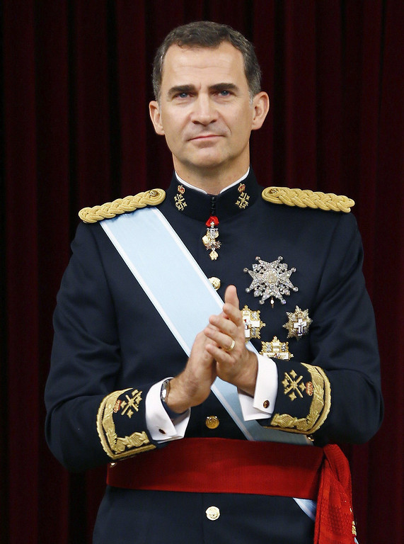 . Spain\'s King Felipe VI claps at the Congress of Deputies, Spain\'s lower House in Madrid on June 19, 2014 for a swearing in ceremony of Spain\'s new King before both houses of parliament. Spain\'s King Felipe VI begins a new reign today already facing a threat to the unity of his kingdom as the northeastern region of Catalonia fights to hold an independence referendum on November 9.        AFP PHOTO / POOL/ PACO CAMPOS/AFP/Getty Images