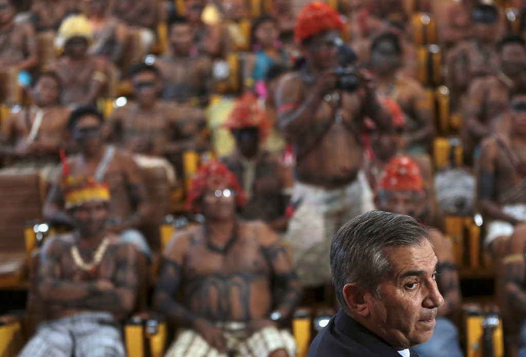 . Minister of the General Secretariat of the Presidency of Brazil, Gilberto Carvalho, speaks to Munduruku Indians during a meeting at the Planalto Palace in Brasilia, June 4, 2013. President Dilma Rousseff\'s government sought on Tuesday to defuse mounting conflicts with indigenous groups over its decision to stop setting aside farm land for Indians and plans to build more hydroelectric dams in the Amazon. The government flew 144 Munduruku Indians to Brasilia for talks to end a week-long occupation of the controversial Belo Monte dam on the Xingu river, a huge project aimed at feeding Brazil\'s fast-growing demand for electricity. REUTERS/Ueslei Marcelino