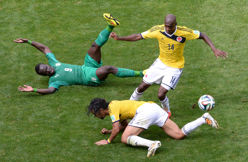 . Colombia\'s midfielder Abel Aguilar (C) and forward Victor Ibarbo (R) challenge Ivory Coast\'s midfielder Ismael Cheick Tiote (L) during the Group C football match between Colombia and Ivory Coast at the Mane Garrincha National Stadium in Brasilia during the 2014 FIFA World Cup on June 19, 2014.  AFP PHOTO / EVARISTO SA/AFP/Getty Images