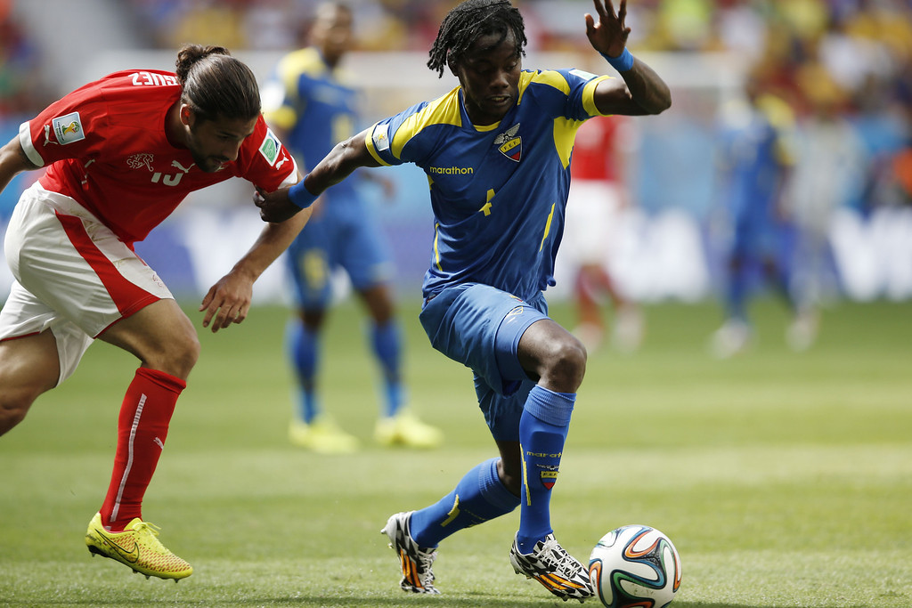 . Switzerland\'s defender Ricardo Rodriguez (L) and Ecuador\'s defender Juan Carlos Paredes vie for the ball during a Group E football match between Switzerland and Ecuador at the Mane Garrincha National Stadium in Brasilia during the 2014 FIFA World Cup on June 15, 2014. AFP PHOTO / ADRIAN DENNIS