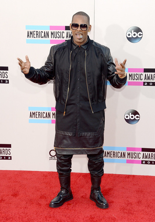 . R. Kelly attends the 2013 American Music Awards at Nokia Theatre L.A. Live on November 24, 2013 in Los Angeles, California.  (Photo by Jason Kempin/Getty Images)