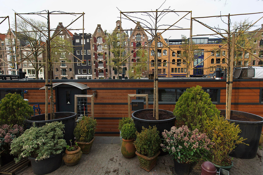 . A small garden in front of a houseboat at the Brouwersgracht canal is seen in Amsterdam April 22, 2013. The Royal celebrations in the Netherlands this week put the country and the capital Amsterdam on front pages and television screens around the world with an orange splash. There\'s plenty to see and do in 48 hours in this compact city, where the world-famous Rijksmuseum only recently reopened after an extensive renovation. Picture taken April 22, 2013. REUTERS/Michael Kooren