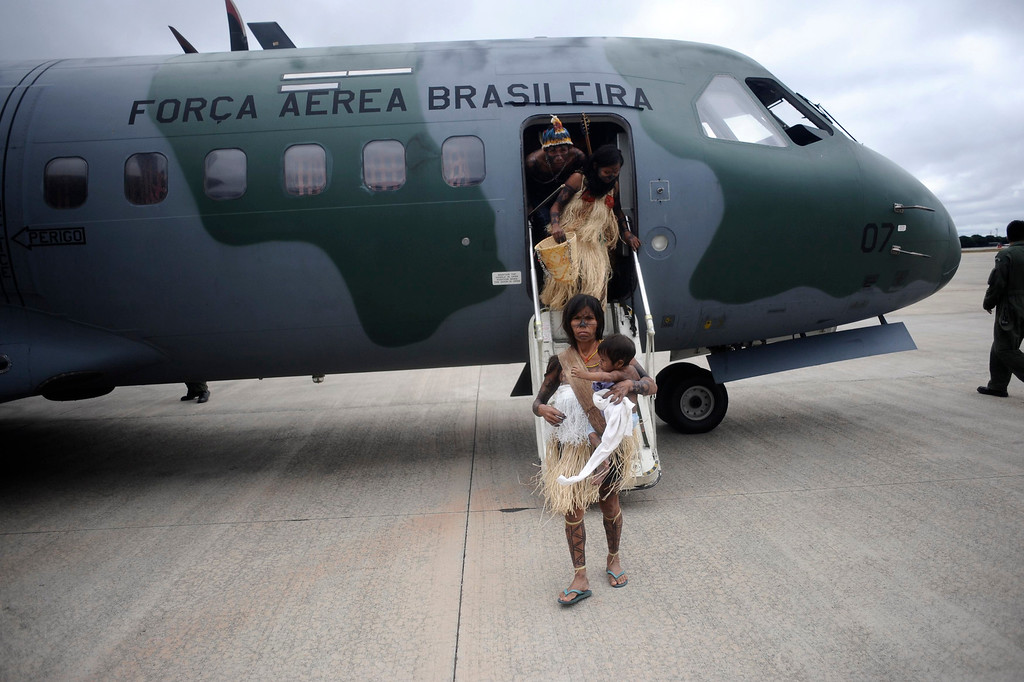 . Munduruku Indians, many of who had never been in a plane, disembark from a Brazilian Air Force plane as they arrive for talks with the government, June 4, 2013. Air Force planes flew 144 Munduruku Indians to Brasilia for talks to end a week-long occupation of the controversial Belo Monte dam on the Xingu River, a huge project aimed at feeding Brazil\'s fast-growing demand for electricity. REUTERS/Lunae Parracho