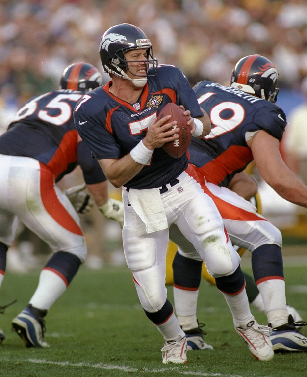. Quarterback John Elway #7 of the Denver Broncos drops back to pass during Super Bowl XXXII against the Green Bay Packers at the Qualcomm Stadium in San Diego, California. The Broncos defeated the Packers 31-24. (Rick Stewart/Allsport)