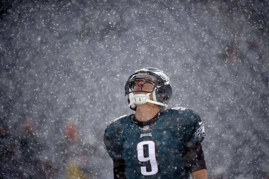 . Philadelphia Eagles\' Nick Foles warms up as snow falls before an NFL football game against the Detroit Lions, Sunday, Dec. 8, 2013, in Philadelphia. (AP Photo/Matt Rourke)