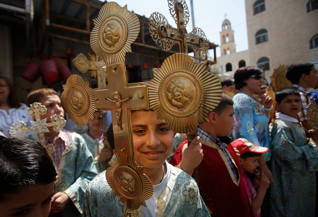 . Palestinian Orthodox Christians parade as they celebrate the arrival of the \'Holy Fire\' from Jerusalem\'s Holy Sepulchre in the occupied West Bank city of Ramallah May 4, 2013. REUTERS/Mohamad Torokman