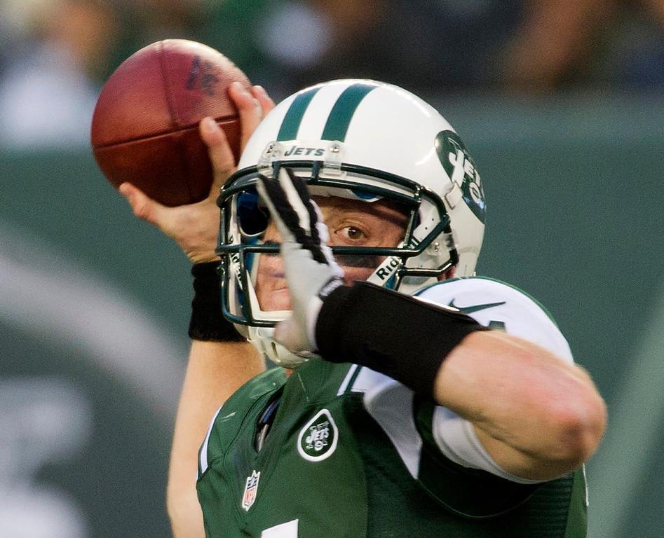 . New York Jets quarterback Greg McElroy looks for a receiver against the Arizona Cardinals in the fourth quarter of their NFL football game in East Rutherford, New Jersey, December 2, 2012. REUTERS/Ray Stubblebine