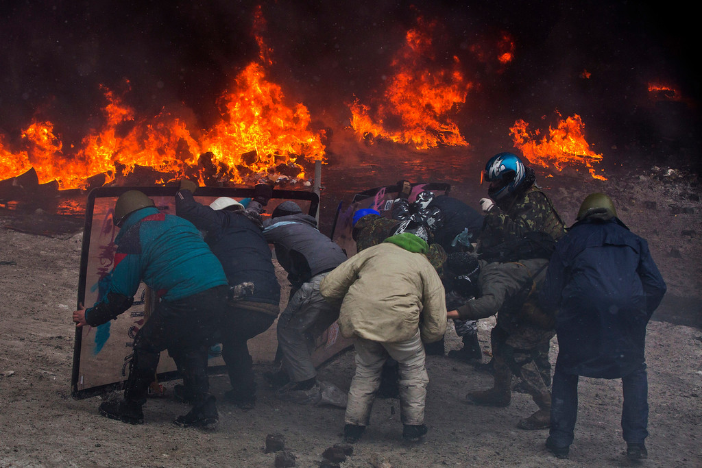 . Protesters clash with police in central Kiev, Ukraine, Wednesday, Jan. 22, 2014.  (AP Photo/Evgeny Feldman)