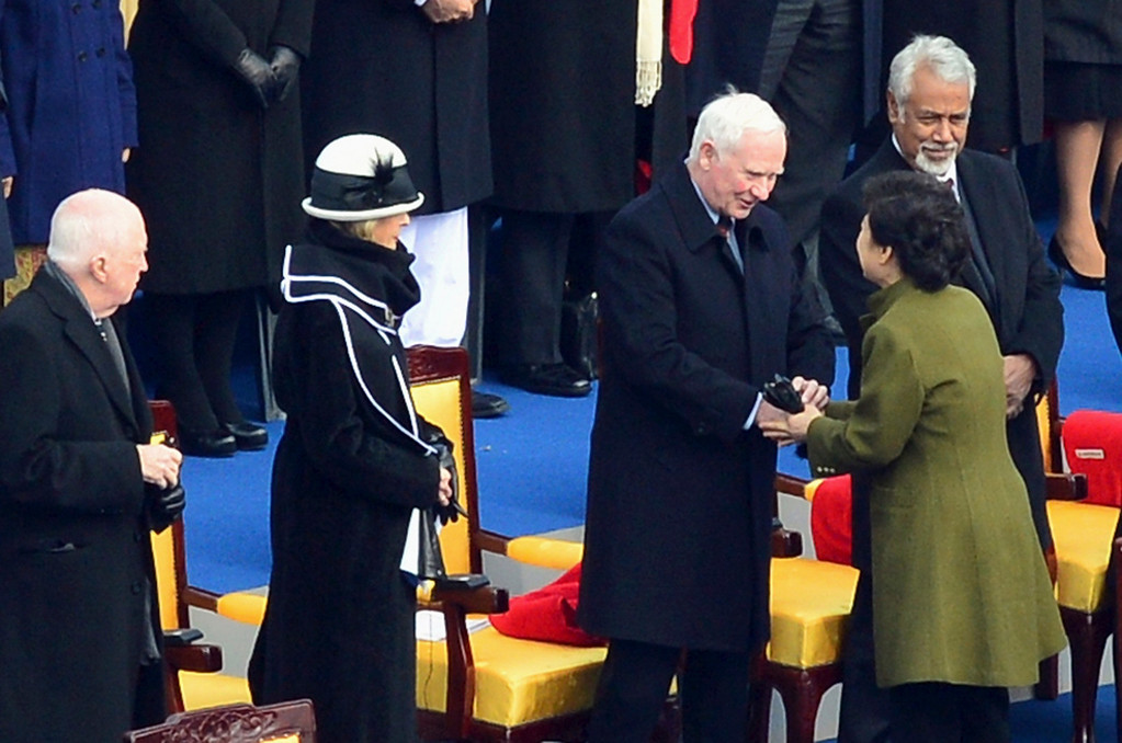 . South Korea\'s new President Park Geun-hye greets Governor General of Canada David Johnston during her inauguration at the parliament in Seoul February 25, 2013.   REUTERS/Seo Myong-gon/Yonhap