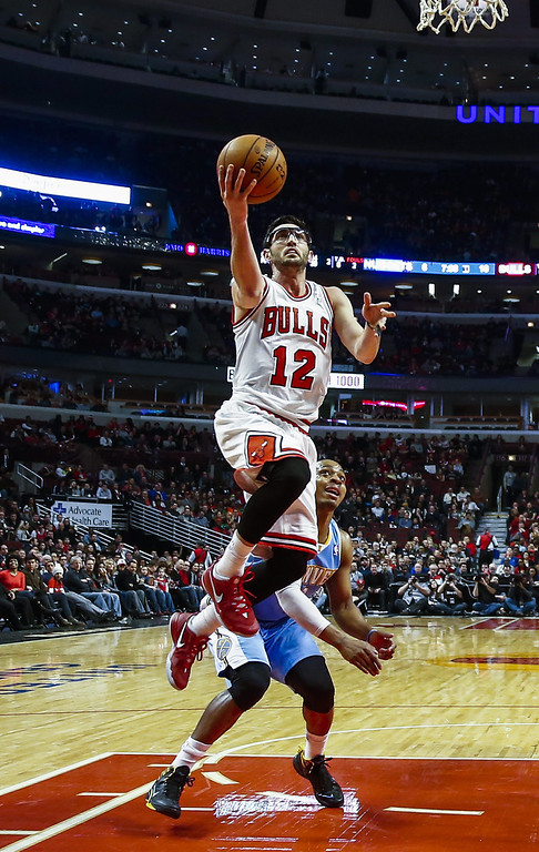 . Chicago Bulls guard Kirk Hinrich (L) goes to the basket in front of Denver Nuggets guard Randy Foye (R) in the first half of their NBA game at the United Center in Chicago, Illinois, USA, 21 February 2014  EPA/TANNEN MAURY