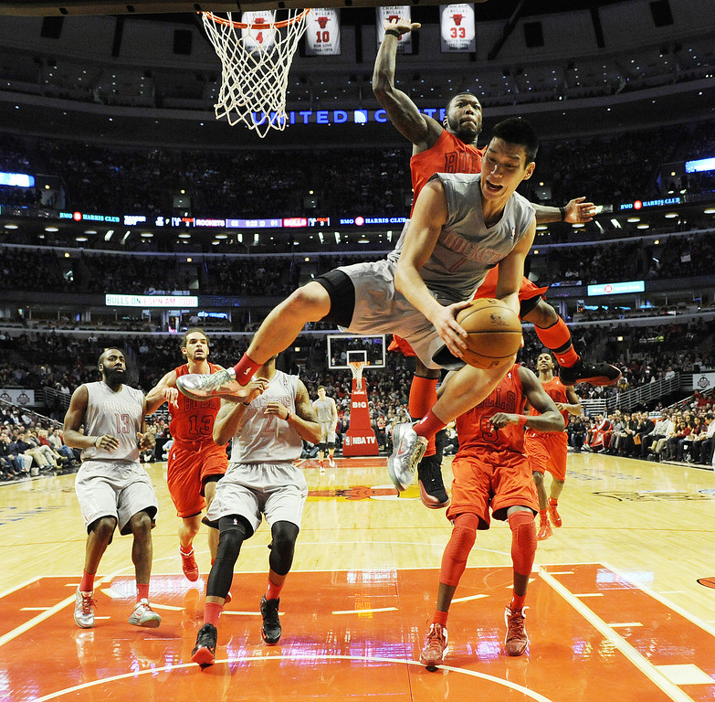 . CHICAGO, IL - DECEMBER 25: Jeremy Lin #7 of the Houston Rockets is defended by Nate Robinson #2 of the Chicago Bulls on December 25, 2012 at the United Center in Chicago, Illinois. The Houston Rockets defeated the Chicago Bulls 120-97. (Photo by David Banks/Getty Images)
