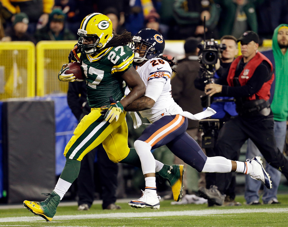 . Green Bay Packers\' Eddie Lacy breaks away from Chicago Bears\' Tim Jennings for a 56-yard run during the second half of an NFL football game Monday, Nov. 4, 2013, in Green Bay, Wis. (AP Photo/Mike Roemer)