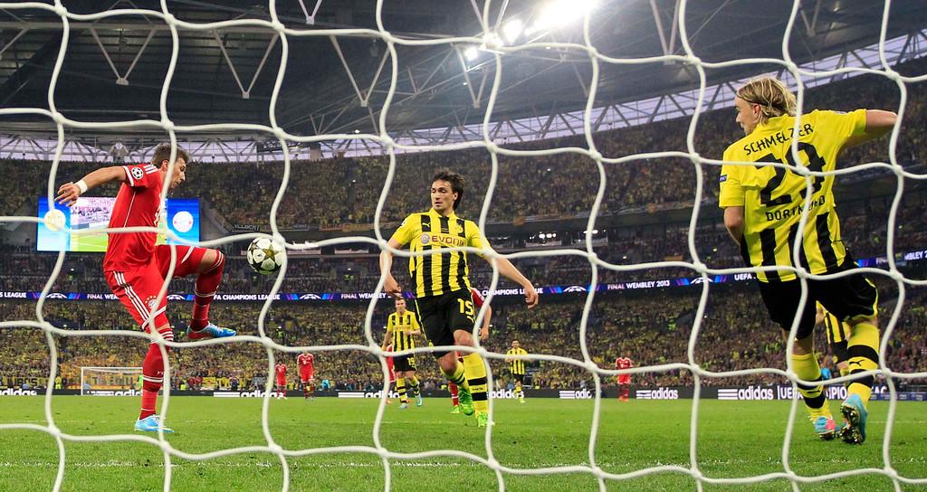 . Bayern\'s Mario Mandzukic of Croatia, left, scores during the Champions League Final soccer match between Borussia Dortmund and Bayern Munich at Wembley Stadium in London. Saturday, May, 25, 2013. (AP Photo/Matt Dunham)