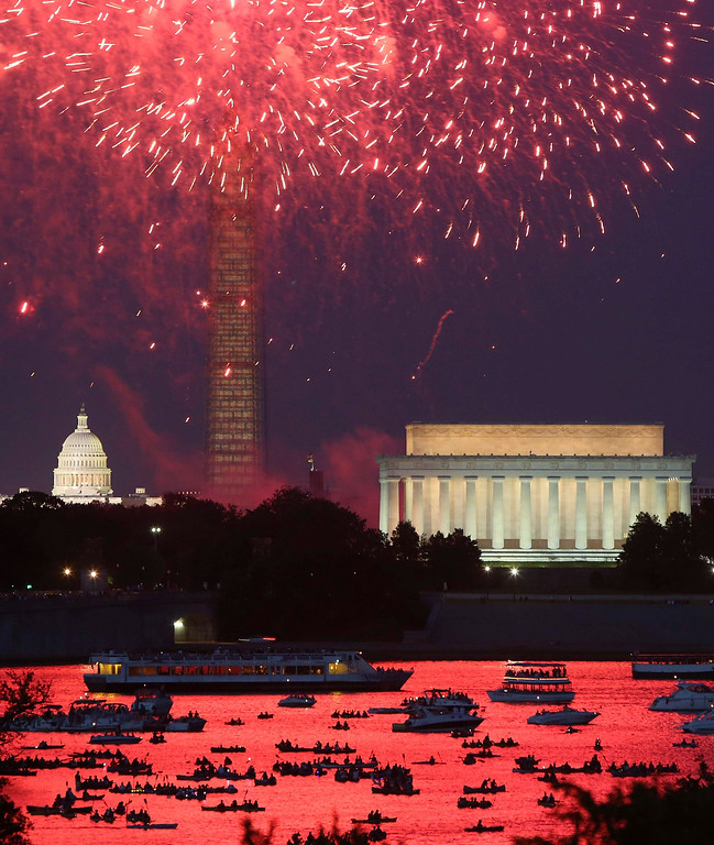 . Independence Day fireworks light the sky over Washington, July 4, 2013. The iconic Washington skyline of the U.S. Capitol, Washington Monument and Lincoln Memorial serve as a backdrop for the U.S. national birthday celebration each year.  REUTERS/Jonathan Ernst