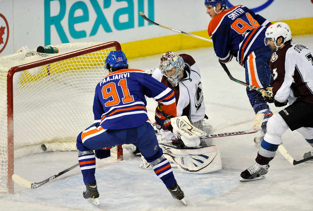 . Edmonton Oilers\' Magnus Paajarvi (L) score the winning goal on a pass from Ryan Smyth (94) against Colorado Avalanche\'s goalie Semyon Varlamov and Ryan O\'Byrne (R) during the third period of their NHL hockey game in Edmonton February 16, 2013. REUTERS/Dan Riedlhuber