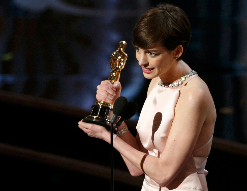 ". Anne Hathaway accepts the award for best supporting actress for her role in ""Les Miserables\"" at the 85th Academy Awards in Hollywood, California February 24, 2013.      REUTERS/Mario Anzuoni"