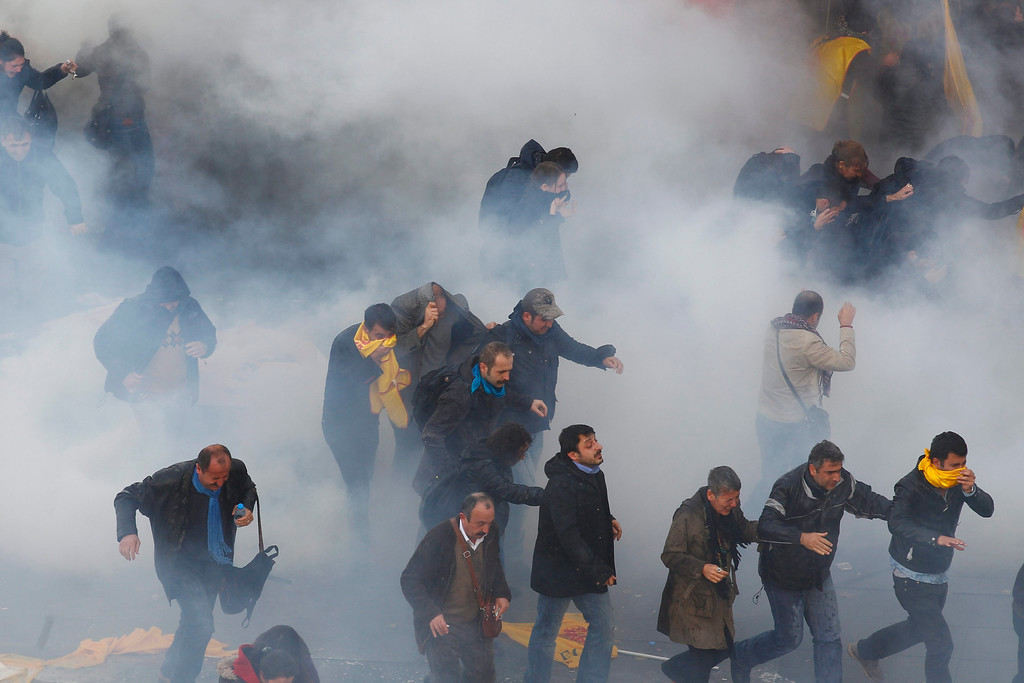 . Turkish riot police use tear gas to disperse protesting teachers during an anti government rally in Ankara, Turkey 23 November 2013.  EPA/CEM OKSUZ ANADOLU AGENCY