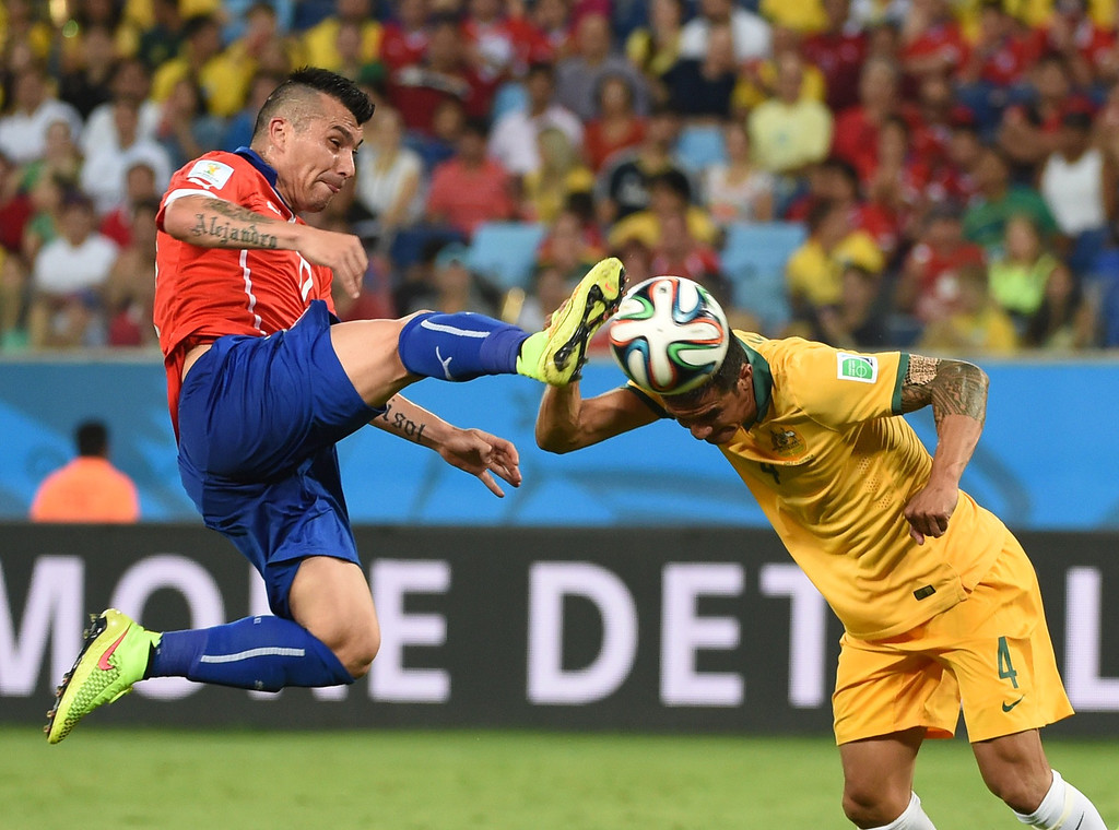 . Australia\'s forward Tim Cahill (R) and Chile\'s defender Gary Medel vie for the ball during a Group B football match between Chile and Australia at the Pantanal Arena in Cuiaba during the 2014 FIFA World Cup on June 13, 2014.     AFP PHOTO / WILLIAM WEST