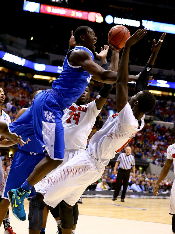 . Julius Randle #30 of the Kentucky Wildcats shoots the ball against Anton Gill #1 and Montrezl Harrell #24 of the Louisville Cardinals in the first half during the regional semifinal of the 2014 NCAA Men\'s Basketball Tournament at Lucas Oil Stadium on March 28, 2014 in Indianapolis, Indiana.  (Photo by Andy Lyons/Getty Images)