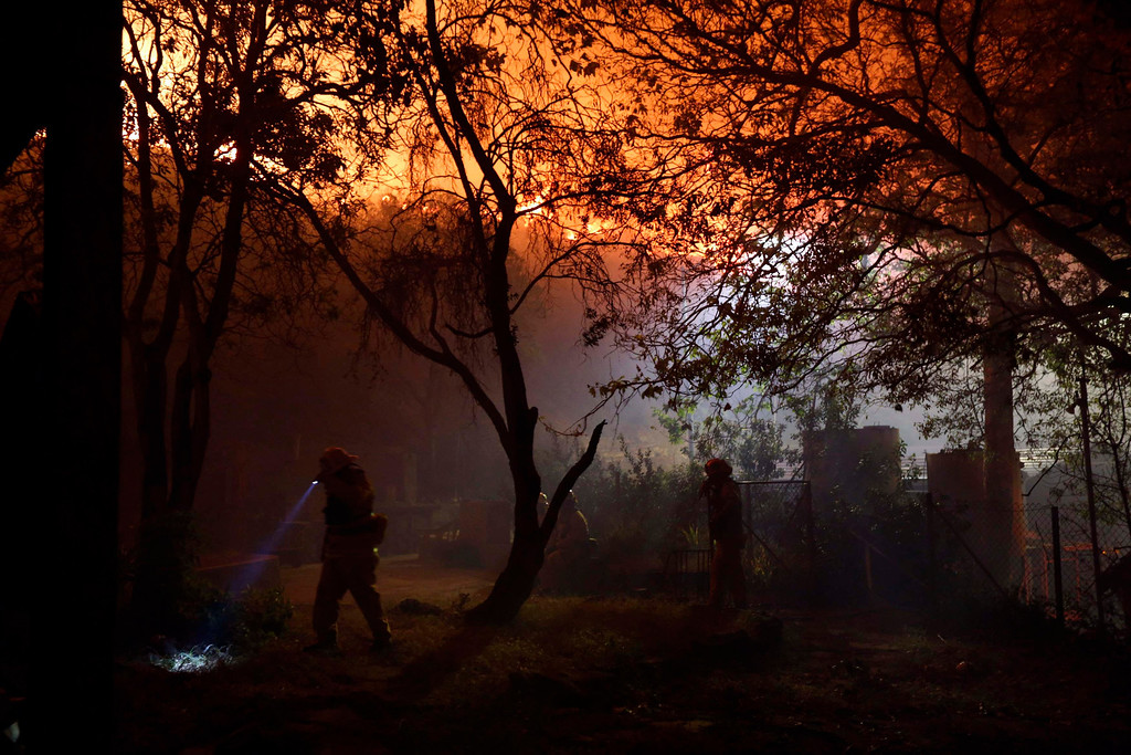 . Firefighters battle to protect the Sycamore Nature Center from the Springs Fire near Pacific Coast Highway and the Los Angeles County Line at Malibu, California, May 2, 2013.  REUTERS/Patrick T. Fallon