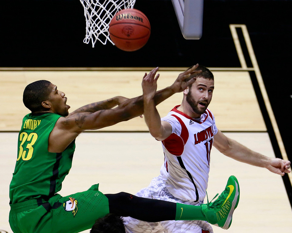 . Louisville Cardinals forward Luke Hancock (R) tries to score against Oregon Ducks forward Carlos Emory (33) in the first half during their Midwest Regional NCAA men\'s basketball game in Indianapolis, Indiana, March 29, 2013. REUTERS/Brent Smith