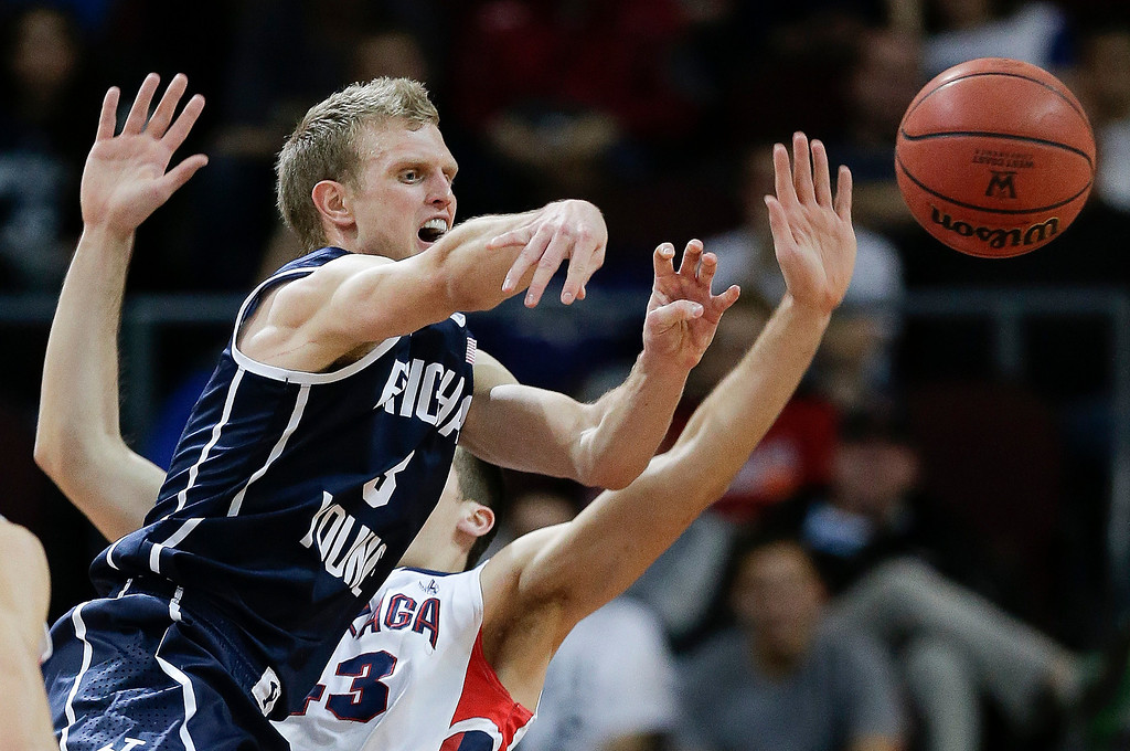 . BYU\'s Tyler Haws, left, passes off the ball against Gonzaga\'s Drew Barham in the first half of the NCAA West Coast Conference tournament championship college basketball game, Tuesday, March 11, 2014, in Las Vegas. (AP Photo/Julie Jacobson)