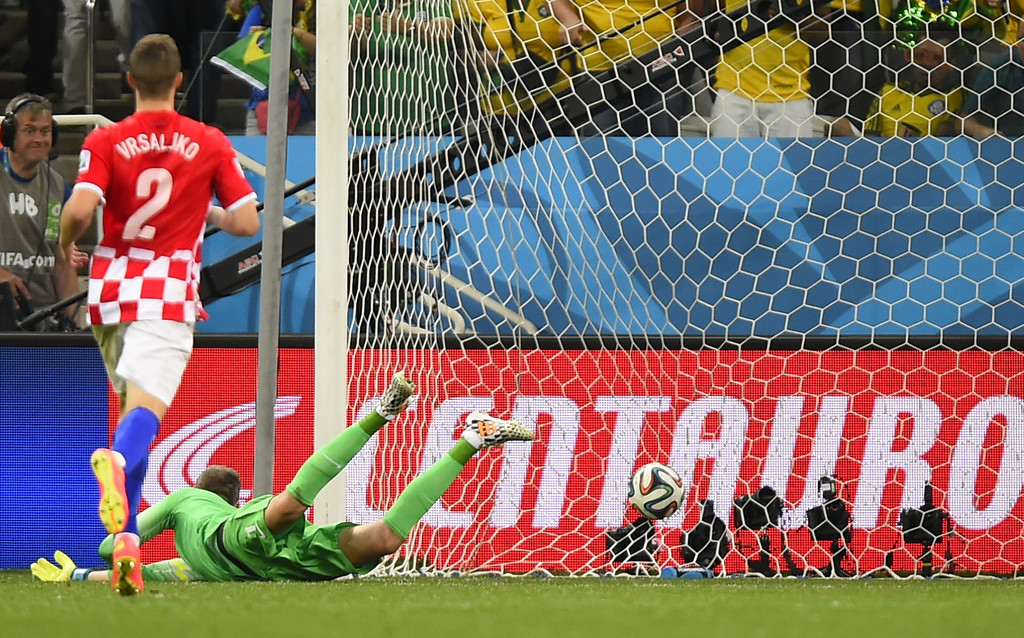 . Croatia\'s goalkeeper Stipe Pletikosa (R) fails to save the 3-1 goal during a Group A football match between Brazil and Croatia at the Corinthians Arena in Sao Paulo during the 2014 FIFA World Cup on June 12, 2014. AFP PHOTO / FABRICE COFFRINI/AFP/Getty Images