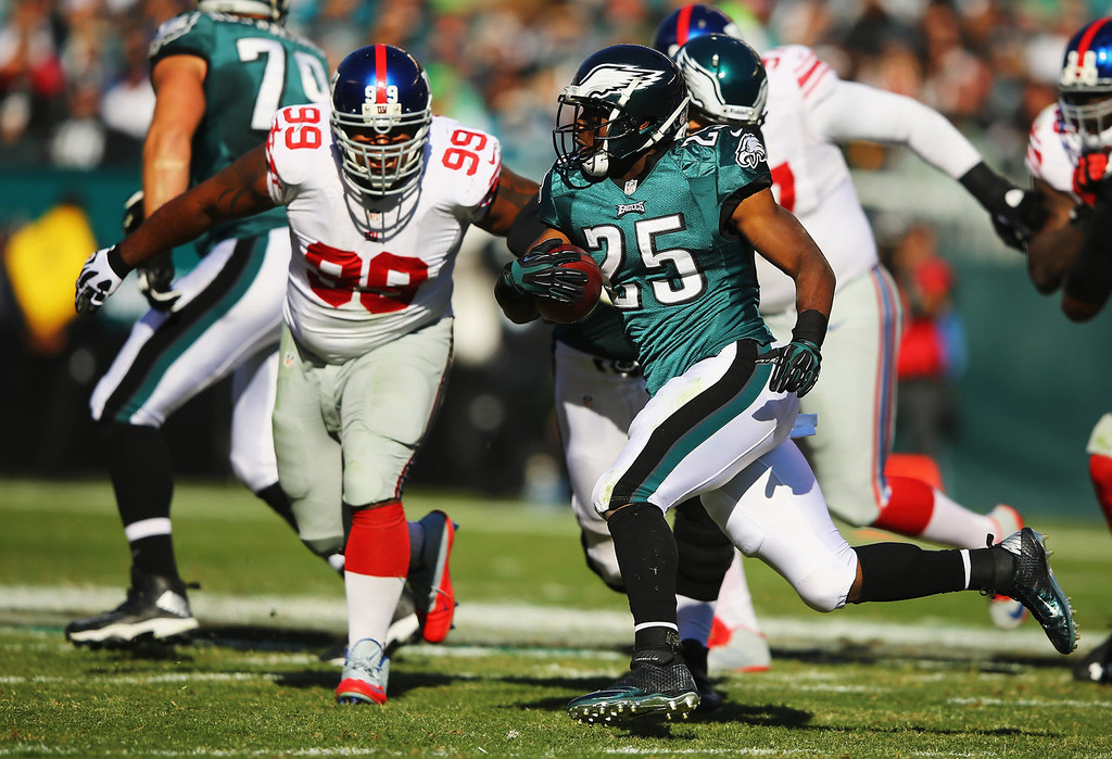 . LeSean McCoy #25 of the Philadelphia Eagles runs past  Cullen Jenkins #99 of the New York Giants during their game at Lincoln Financial Field on October 27, 2013 in Philadelphia, Pennsylvania.  (Photo by Al Bello/Getty Images)