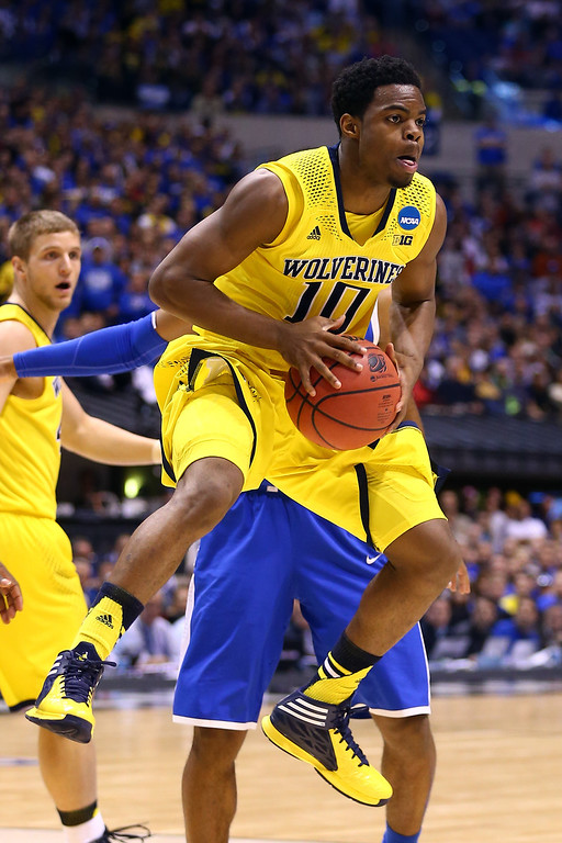 . Derrick Walton Jr. #10 of the Michigan Wolverines passes the ball against the Kentucky Wildcats during the midwest regional final of the 2014 NCAA Men\'s Basketball Tournament at Lucas Oil Stadium on March 30, 2014 in Indianapolis, Indiana.  (Photo by Andy Lyons/Getty Images)