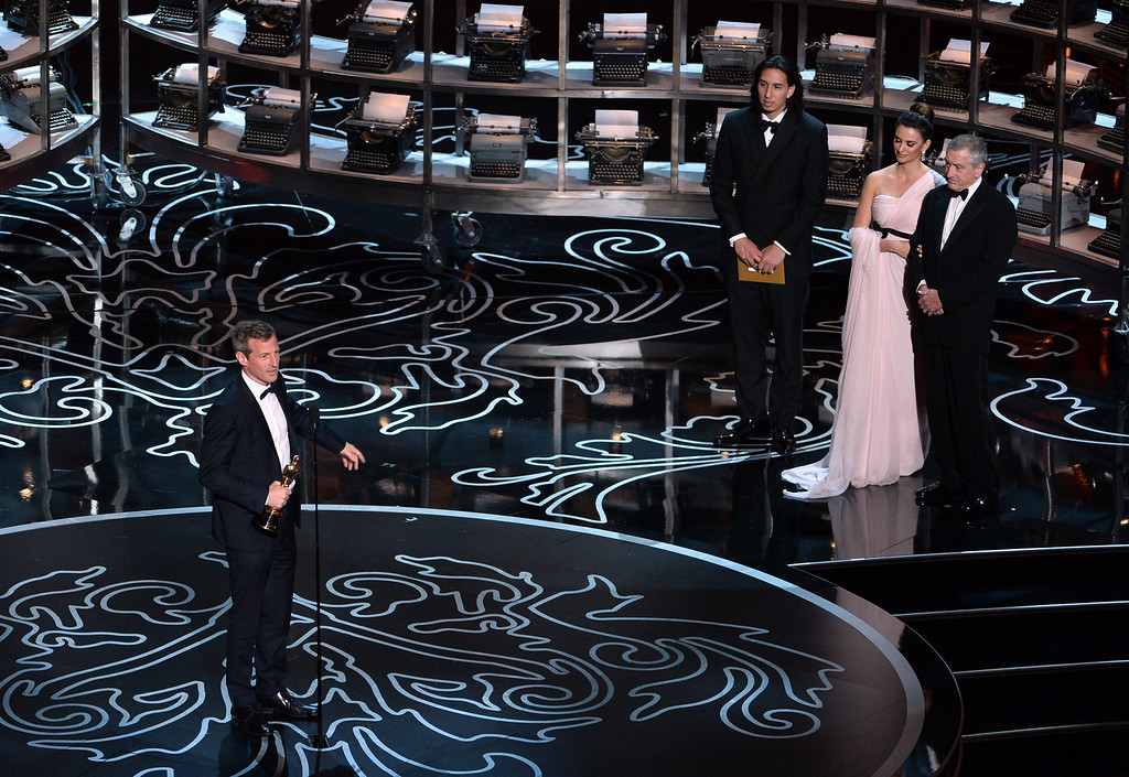. Screenwriter/director Spike Jonze (L) accepts the Best Screenplay Written Directly for the Screen award for \'Her\' from actors Penelope Cruz (2nd R) and Robert De Niro (R) onstage during the Oscars at the Dolby Theatre on March 2, 2014 in Hollywood, California.  (Photo by Kevin Winter/Getty Images)