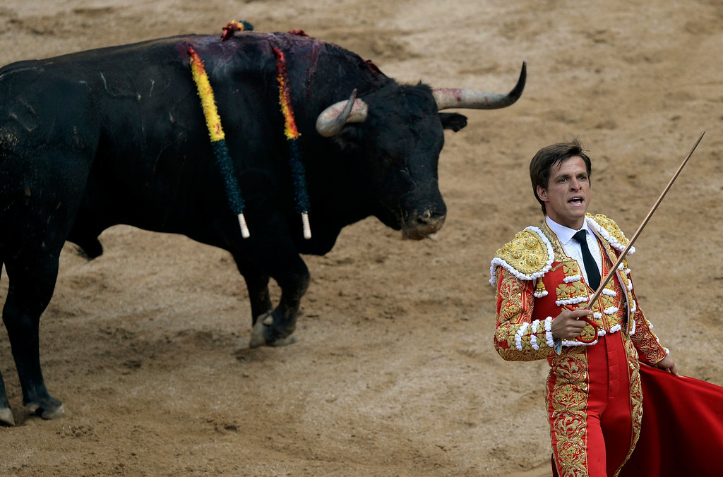 """. Spanish bullfighter Julian Lopez \""""El Juli\"""" gestures during the fourth bullfight of the San Fermin festival in Pamplona July 10, 2013. REUTERS/Vincent West"""