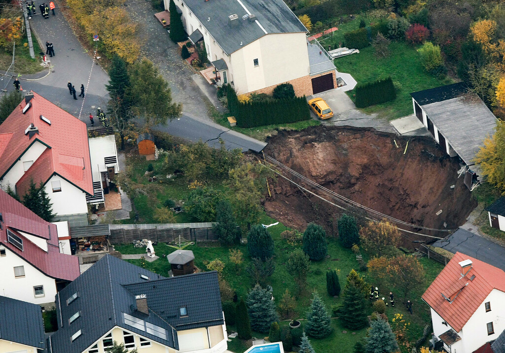 . A general view of a large crater that appeared in the early hours in the central German town of Schmalkalden, November 1, 2010. A huge crater measuring 30 by 40 meters has opened up in the middle of a residential estate, according to local police.   REUTERS/Alex Domanski