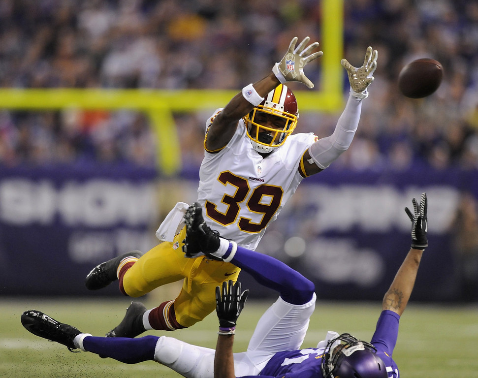 . David Amerson #39 of the Washington Redskins breaks up a pass intended for Jerome Simpson #81 of the Minnesota Vikings during the second quarter of the game on November 7, 2013 at Mall of America Field at the Hubert H. Humphrey Metrodome in Minneapolis, Minnesota. (Photo by Hannah Foslien/Getty Images)