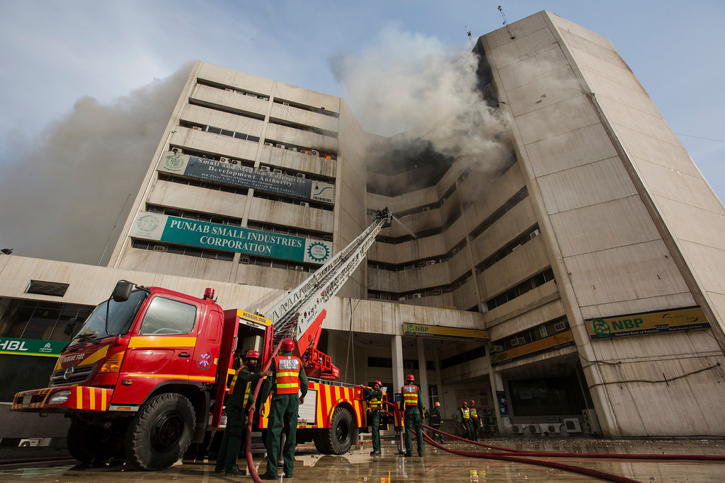 . Rescue workers attempt to extinguish a fire and to rescue peope trapped in the Lahore Development Authority (LDA) Plaza on May 09, 2013 in Lahore, Pakistan. (Photo by Daniel Berehulak/Getty Images)