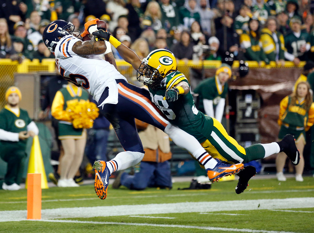 . Chicago Bears\' Brandon Marshall catches a touchdown pass with Green Bay Packers\' Tramon Williams (38) covering during the first half of an NFL football game Monday, Nov. 4, 2013, in Green Bay, Wis. (AP Photo/Jeffrey Phelps)