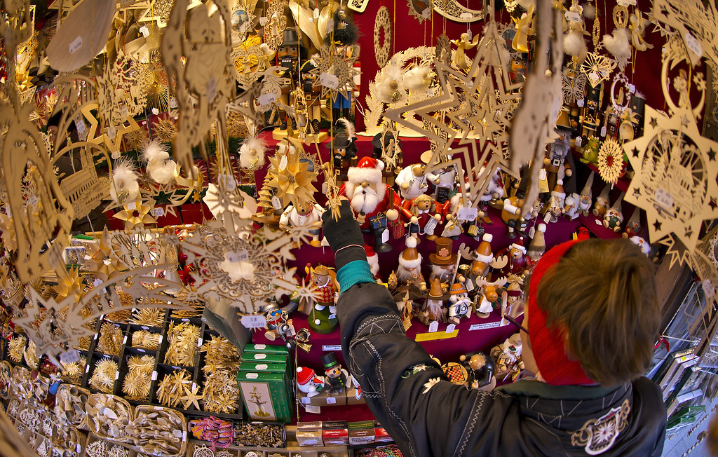 . Christmas-market-mongers prepare their colourful and glittering stalls at the Munich Christmas Market on Marienplatz at November 27, 2013 in Munich, Germany. (Photo by Joerg Koch/Getty Images)