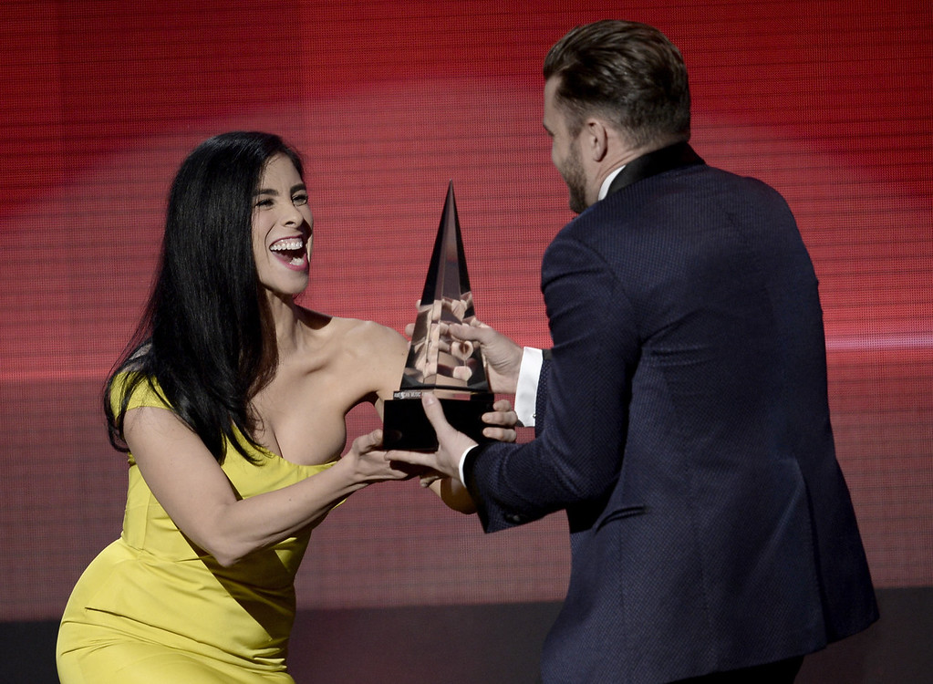 . Singer Justin Timberlake (R) accepts the Favorite Soul/R&B Album award for \'The 20/20 Experience\' from comedian Sarah Silverman onstage during the 2013 American Music Awards at Nokia Theatre L.A. Live on November 24, 2013 in Los Angeles, California.  (Photo by Kevin Winter/Getty Images)