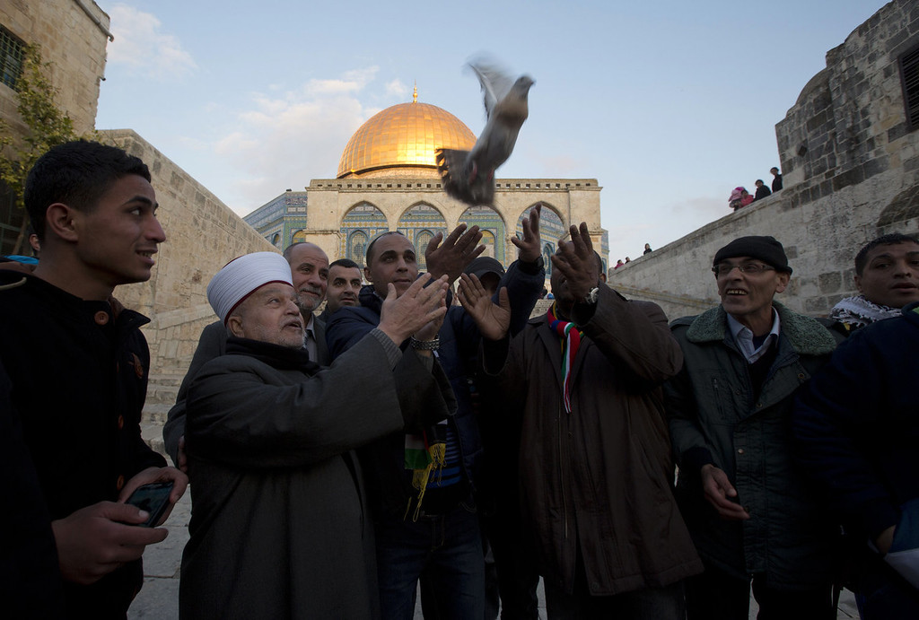 . Jerusalem\'s Mufti Mohammed Hussein (2nd-L) and recently released Palestinian prisoner Ahmad Khalaf (C) free a dove in front of the Dome of the Rock at the Al-Aqsa mosque compound in the Old City of Jerusalem on December 31, 2013. Israel freed 26 Palestinian prisoners as part of US-brokered peace talks ahead of Secretary of State John Kerry\'s latest visit to the region. The prisoners were the third batch of 104 detainees that Netanyahu pledged to release in four stages when the peace talks were revived in July. AHMAD GHARABLI/AFP/Getty Images