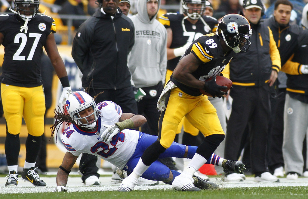 . Jerricho Cotchery #89 of the Pittsburgh Steelers spins away from Stephon Gilmore #24 of the Buffalo Bills during the game on November 10, 2013 at Heinz Field in Pittsburgh, Pennsylvania.  (Photo by Justin K. Aller/Getty Images)